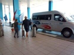 Viajeros del vuelo ZF535 de AZUR Air, procedentes de Rusia, se trasladan a las instalaciones turísticas en los cayos de Jardines del Rey, en Ciego de Ávila. (Facebook)