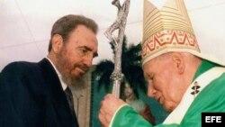 El Papa Juan Pablo II saluda al ex gobernante cubano Fidel Castro, durante una misa celebrada en la Plaza de la Revolución. (Foto: Archivo)