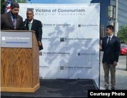 Oscar Elías Biscet durante acto ante el Monumento a Víctimas del Comunismo