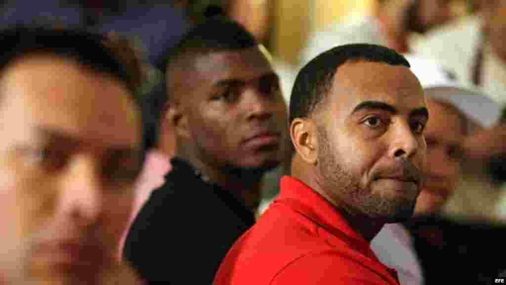 El dominicano Nelson Cruz, (al frente) y Yasiel Puig, (al fondo) asisten a la rueda de prensa.