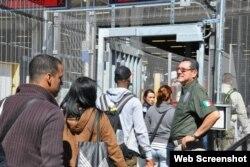 Cubanos cruzan el puente fronterizo hacia EEUU.
