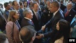 El presidente Obama y el general Raúl Castro se saludan en encuentro informal de la Cumbre de Panamá.