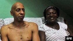 Archivo - Guillermo Fariñas con Berta Soler en la ciudad de Santa Clara (Cuba).