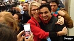 Lorent Saleh es recibido en Madrid por miembros del exilio venezolano y organizaciones defensoras de los derechos humanos.