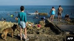 Escena captada el viernes en el Malecón de La Habana (Yamil Lage/AFP).