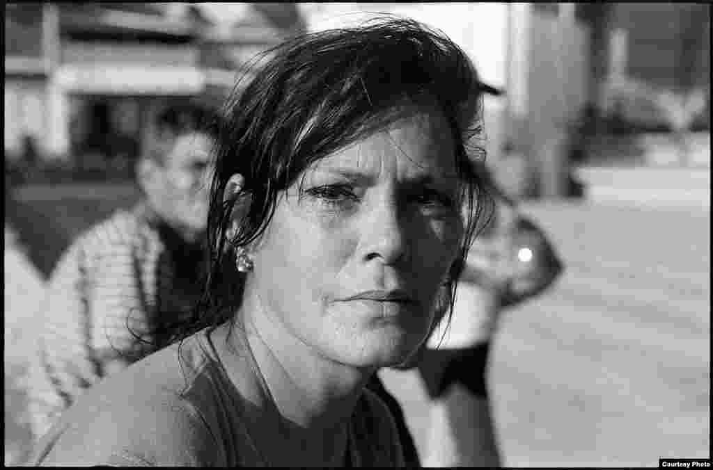 Mujer cubana, a la espera de su salida de los campamentos para migrantes establecidos por el gobierno de Costa Rica. Fotografía cedida por el artista cubano Geandy Pavón.