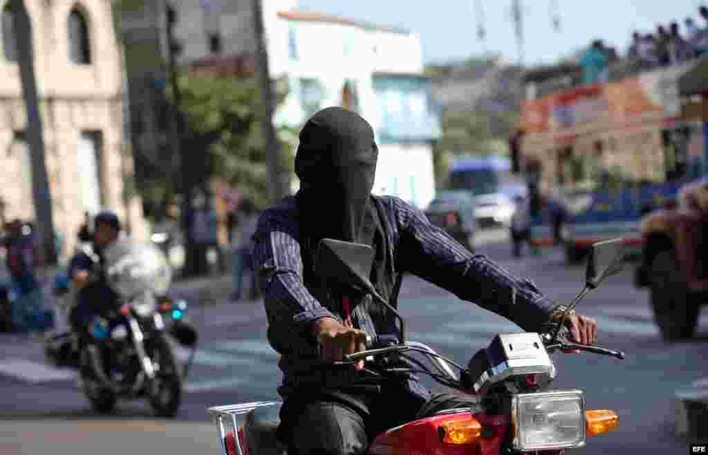 El mago cubano Aliet Pérez es visto hoy, miércoles 13 de abril de 2016, en La Habana (Cuba), donde rompe un récord nacional al recorrer tres kilómetros en moto con los ojos vendados.