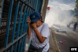 Manifestantes opositores se enfrentan a la Guardia Nacional Bolivariana.