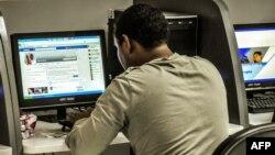 Un cubano navega por Internet. Foto Archivo