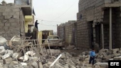 Un niño iraquí camina entre los escombros producidos por un ataque con coche bomba en pueblo de Tahraua, al este de Mosul, en Irak.