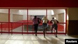 Un grupo de personas despide a sus familiares en el Aeropuerto Internacional José Martí de La Habana.