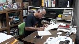 Roberto Jesús Quiñones Haces en su vivienda de Guantánamo antes de ser detenido. (Cubanet)