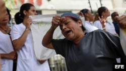 Médicos y enfermeras protestan en demanda de mejoras salariales y dotación de materiales de salud.