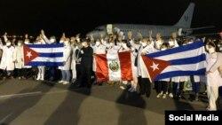 La brigada médica cubana al llegar a suelo peruano, en una imagen tomada de la cuenta de Twitter del Servicio de Migraciones de Perú.