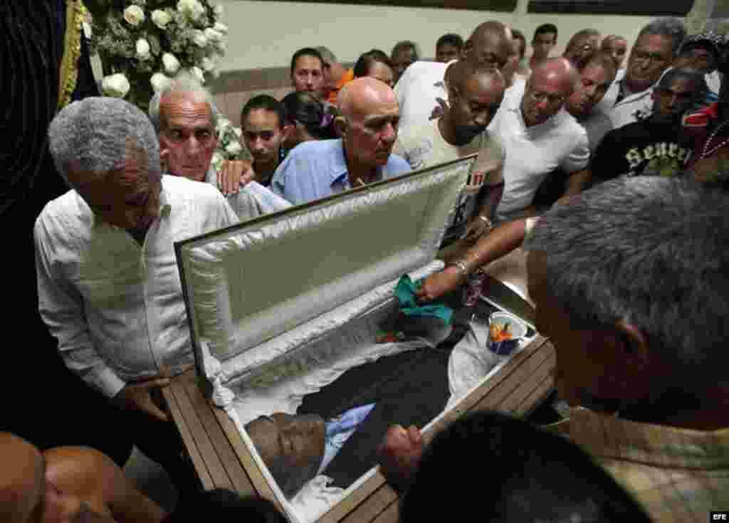 Decenas de personas asisten al velorio del exboxeador cubano Teófilo Stevenson hoy, lunes 11 de junio de 2012, en La Habana (Cuba). Stevenson, tres veces campeón mundial y olímpico, falleció en la capital cubana por una cardiopatía isquémica a la edad de