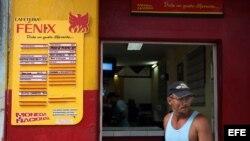 Un hombre pasa frente a la entrada de una cafetería de La Habana (Foto: Archivo).