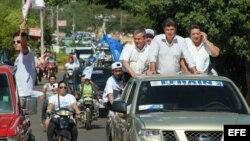 El candidato del Partido Liberal Radical Auténtico (PLRA), Efraín Alegre (2-d), junto al candidato del derechista Unace, Lino Oviedo Sánchez (3-d), durante un mitin conjunto, abril 2013