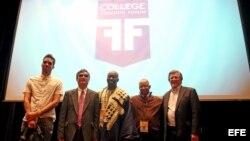 """(De izquierda a derecha) Los expositores Danilo """"El Sexto"""" Maldonado, de Cuba, Chen Guangcheng, de China, Tutu Alicante, de Guinea Ecuatorial, Jean-Robert Cadet, de Haití, y Marcel Granier, de Venezuela, participan en el """"College Freedom Forum"""" realizado"""