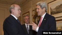 Imagen del encuentro entre el secretario de Estado John Kerry y el ministro cubano Rodrigo Malmierca publicada por el sitio oficial Cubadebate.