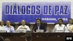El representante de Cuba, Rodolfo Benítez (c-d), lee una declaración conjunta del Gobierno colombiano y las Farc, junto al exvicepresidente de Colombia, Humberto de la Calle (i), el comandante de las Farc, Iván Márquez (d) y el noruego Dag Nylander (c-i).