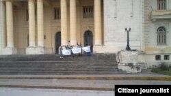 Reporta Cuba Protesta frente al tribunal provincial de justicia en la ciudad de Santa Clara, Villa Clara.