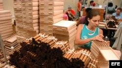 HAB10- LA HABANA (CUBA), 28/02/07.- Obreros cubanos trabajan, hoy miércoles 28 de febrero, en la elaboración de habanos de diferentes marcas y vitolas en la fábrica de tabacos H. Upmann, en La Habana (Cuba). Mañana jueves concluye en La Habana el IX Festi