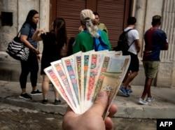 Pesos convertibles frente a una casa de cambio en Cuba. AFP/ Adalberto Roque