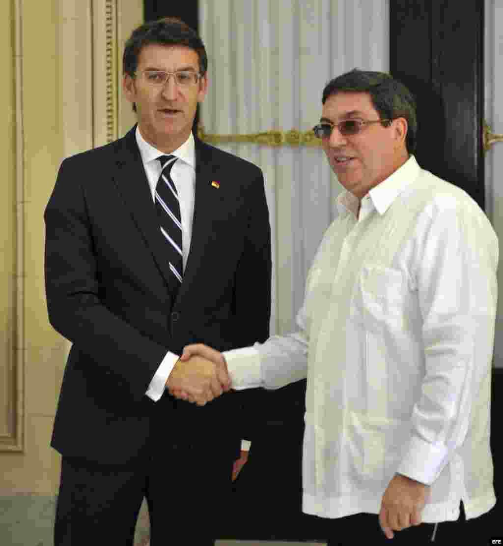 El canciller cubano Bruno Rodrigues Parrilla (d) saluda al presidente del gobierno regional de Galicia, Alberto Nuñez Feijóo (i), hoy hoy 06 de diciembre del 2013, en La Habana, Cuba.- EFE/Ernesto Mastrascusa