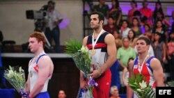 Danell Leyva (c), el ruso Sergey Khorokhordin (d) y el inglés Daniel Purvis (i) en el Abierto Mexicano de Gimnasia del 2011