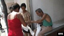 Un anciano vende bolsas plásticas en una calle de Santa Clara (EFE/Rolando Pujol)