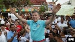 El presidente-candidato colombiano, Juan Manuel Santos (c).