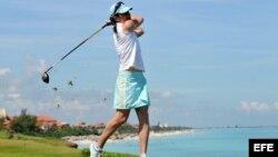 Foto de archivo. La ex corredora mexicana Ana Gabriela Guevara realiza una demostración de golf en el Varadero Golf Club.