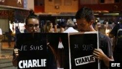 """Concentración en memoria de las víctimas del ataque contra el semanario satírico """"Charlie Hebdo""""."""