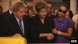 La presidenta de Brasil, Dilma Rousseff (al centro), y su antecesor, Luiz Inácio Lula da Silva, en el funeral de Chávez en Caracas.