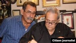 Rodríguez Mendigutía, dedica un libro al entrevistador Méndez castelló/ Foto: Luis Felipe Rojas.