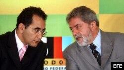 El diputado Joao Paulo Cunha (izq.), hallado culpable de corrupción, en esta foto de archivo junto al entonces presidente Lula.
