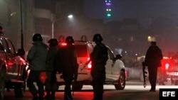 Miembros de las fuerzas de seguridad de Afganistán llegan al lugar donde un grupo de insurgentes suicidas atacó la embajada de España en Kabul,