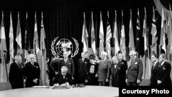 Los delegados de Estados Unidos, incluido el presidente Harry Truman, en el extremo izquierdo, se encuentran alrededor del senador Tom Connally mientras firma la carta de la ONU en San Francisco el 26 de junio de 1945. (© AP Images)