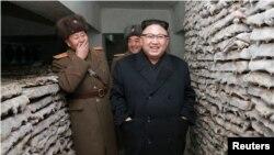 Kim Jong Un inspecciona una unidad del ejército en esta foto sin fecha publicada por la Agencia Central de Noticias de Corea del Norte en 2017.