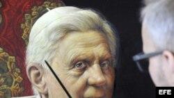 """El artista Michael Triegel conocido como """"Papstmaler"""" (el pintor del papa) trabaja en su segundo retrato del papa Benedicto XVI en su estudio en Leipzig (Alemania)."""