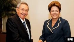 La presidenta de Brasil, Dilma Rousseff recibió a Raúl Castro en junio de 2012, durante la Conferencia de la ONU para el Desarrollo Sostenible Rio+20, en Río de Janeiro (Brasil).