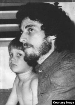 """En esta imagen de 1978, el músico y trovador con su hijo Charlie, que menos de dos años después quedaría """"aterrorizado"""" por los actos de repudio a su padre."""