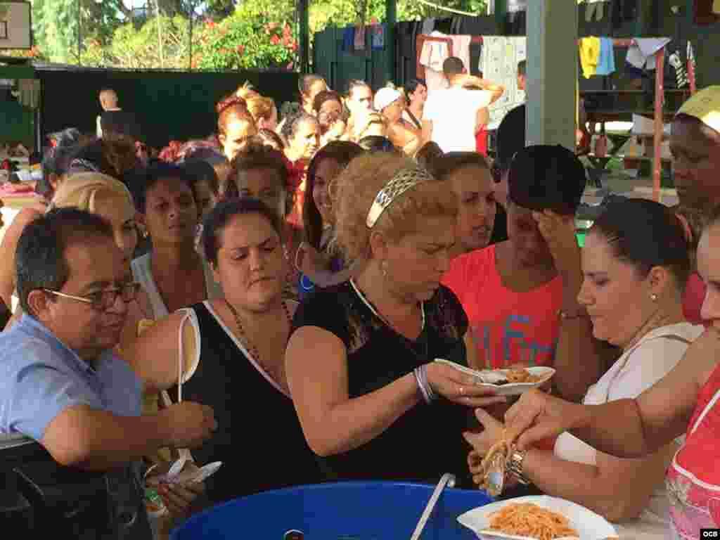 Cubanos reciben alimentos en una escuela del cantón La Cruz, convertida en albergue para dar refugio temporal a los migrantes varados entre la frontera de Costa Rica y Nicaragua.