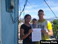Familia de José Daniel Ferrer sostiene el auto de imposición de medida cautelar impuesto por la Fiscalía contra el opositor. (Foto: Katherine Mojena/Cubanet)
