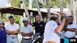 Antonio Castro Soto del Valle (2i), hijo de Fidel Castro, observa al golfista español Miguel Ángel Jiménez (de espalda) quien imparte una clase intensiva para unos 40 aficionados cubanos y extranjeros en Cuba.