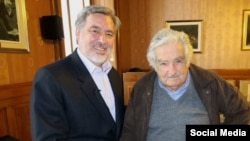 Mujica y Guillier en una foto publicada en la cuenta oficial de Twitter del candidado chileno.
