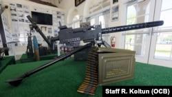 Una de las ametralladoras usadas durante la invasion de Bahía de Cochinos, en el Museo de la Brigada de Asalto 2506, en Hialeah Garden.