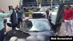 Yoenis Céspedes (d) al lado de su Lamborghini Aventador.