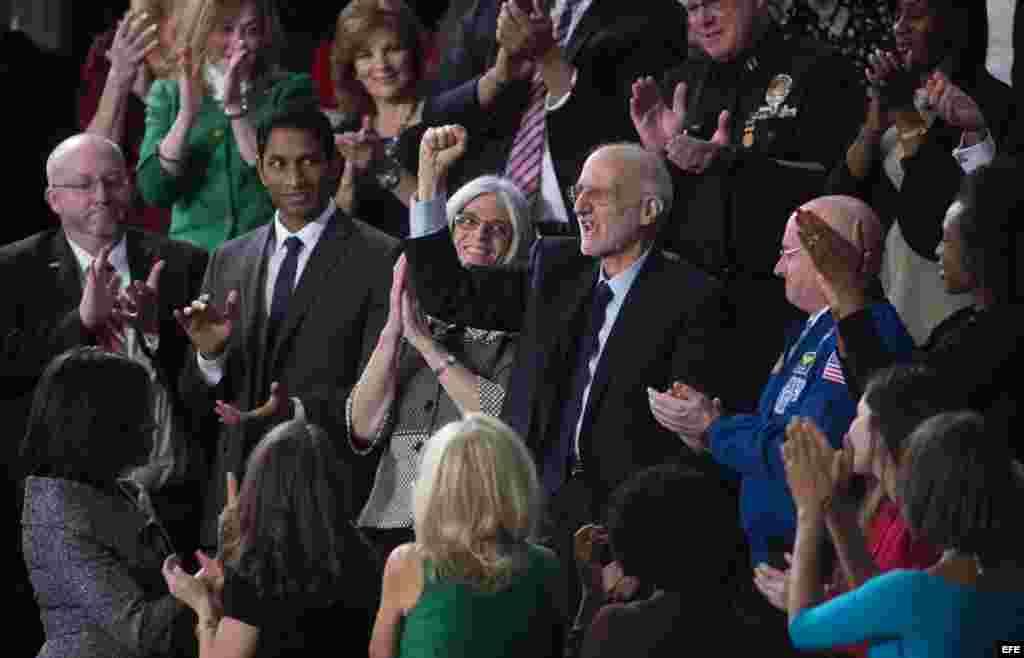 El presidente Barack Obama saluda a Alan Gross, invitado al Discurso de la Unión.