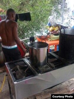 Los pobladores constantemente les donan alimentos y artículos de primera necesidad.